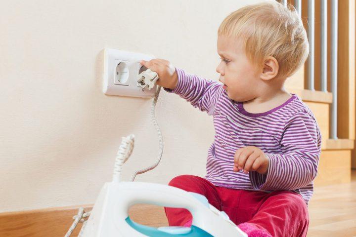 khong de tre gan o cam dien 720x480 - Top 6 lưu ý cần thiết khi sử dụng đồ điện trong nhà