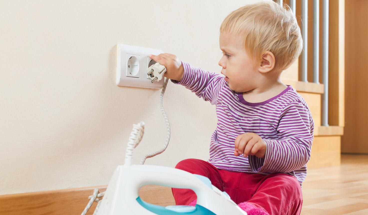 khong de tre gan o cam dien - Top 6 lưu ý cần thiết khi sử dụng đồ điện trong nhà
